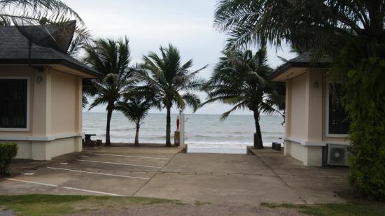 Baan Faa Talaychan: beach entrance