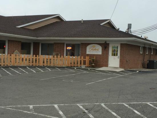 Harvest Drive Family Inn: Fisher's Amish Restaurant, on site.