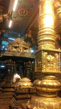 Sri Meenakshi Tempel: The free for all entry point, Dhvajasthambam (Flag Pole), beyonf which only Hindus can go