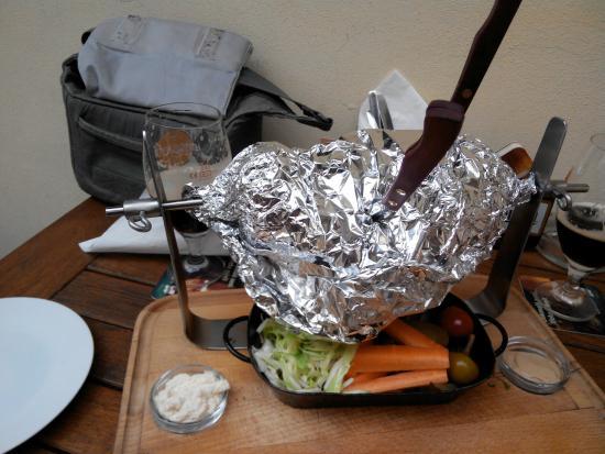 Restaurace 22: Свиное колено, запеченное в черном пиве, с овощами