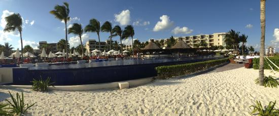 Dreams Riviera Cancun Resort & Spa: Piscinas grandes, seguras e integradas con el entorno...