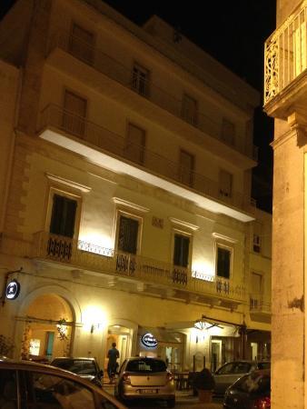 Lanzillotta Hotel: HOTEL notturno esterno