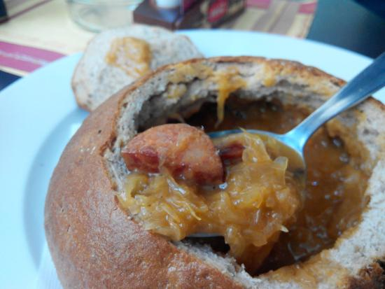Restaurace 22: Суп из квашенной капусты с колбаской в домашнем каравае хлеба
