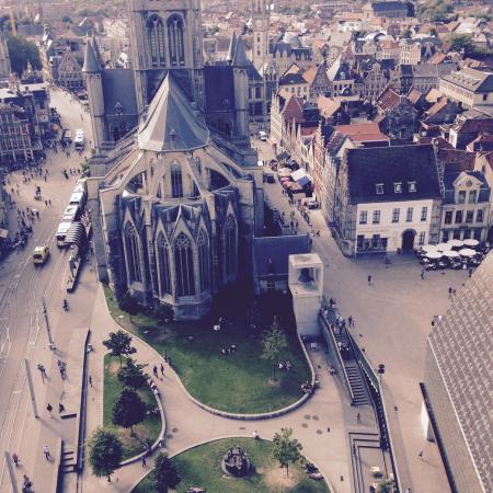 Belfry and Cloth Hall (Belfort en Lakenhalle): Church view