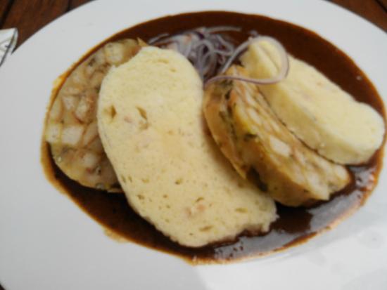 Restaurace 22: Говяжий гуляш, хлебные и карловарские кнедлики