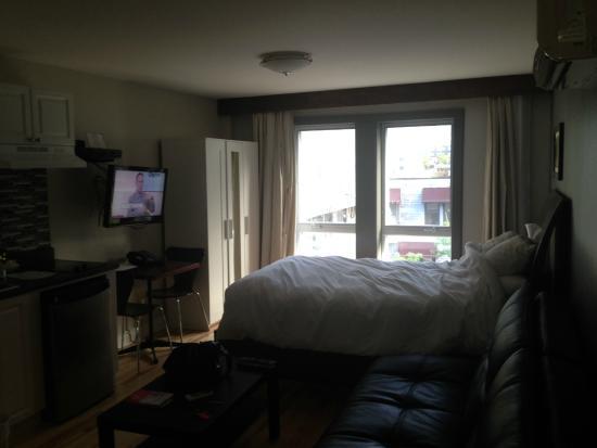 Auberge du Carre St-Louis: room