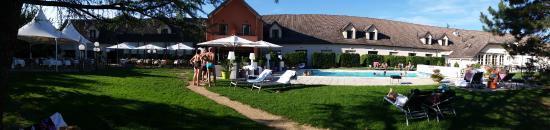 Dracy-le-Fort, Frankrike: Arrière de l'hôtel, très agréable en cette journée d'été.