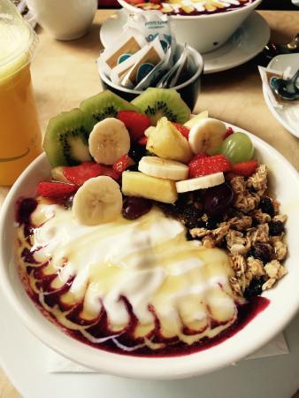 Hula Juice Bar and Gallery: Yogurt, fruit and granola bowl from Hula Juice Bar