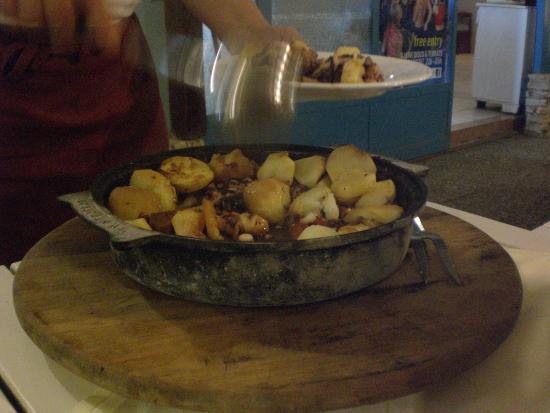 Candis: Il polpo con le patate cotto per 8 ore nella pentola posta sotto le braci