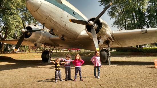 Catavento Cultural e Educacional: avião no patio do Catavento