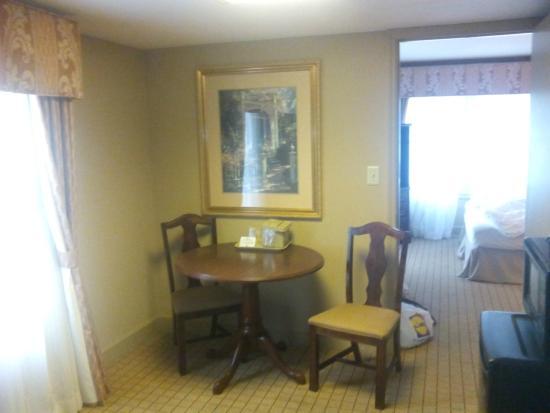 Inn on Broadway: общая комната в номере
