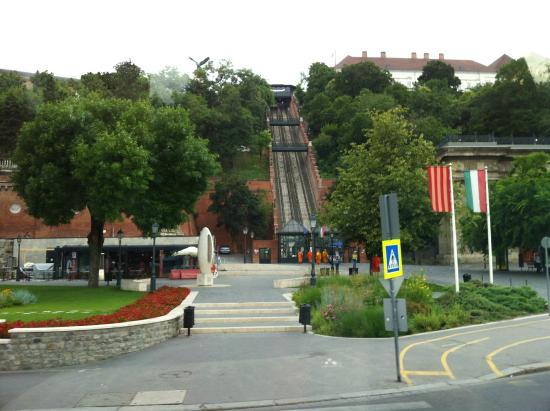 โรงแรมคาร์ลตัน บูดาเปสต์: Bus Stop and Funicular to Budapest Castle