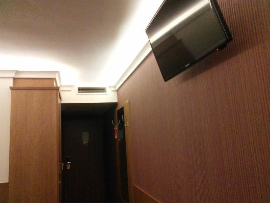 Carlton Hotel Budapest : TV is mounted high so can only view comfortably when lying down.
