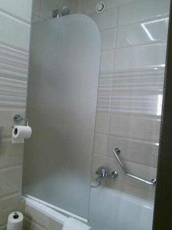 Carlton Hotel Budapest: Bathtub and shower with half screen, not practical
