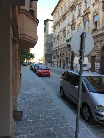 Hotel Orion Várkert: La strada dell'hotel bella pulita e molto vicina a tante attrazioni