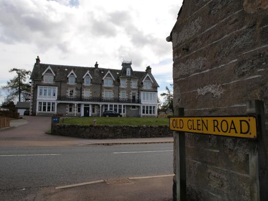 Newtonmore Hostel: Next to the main street pub  on the other side