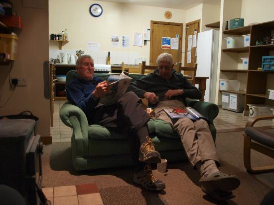 Newtonmore Hostel: Friendly walkers chatting and relaxing ( peak baggers )