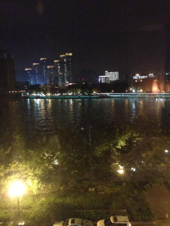 Jiangyue Hotel: Pearl River in the evening taken from the hotelroom.