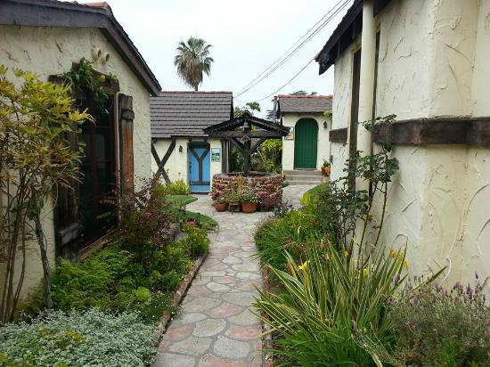 Manzanita Cottages: Wishing well in center couryard