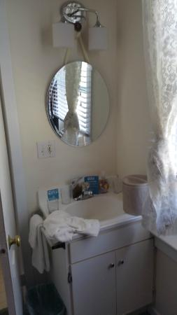San Anselmo Inn: sink in the bedroom