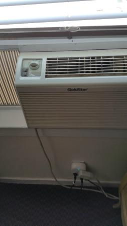 San Anselmo Inn: poor air conditioner worked over time to TRY and keep us cool
