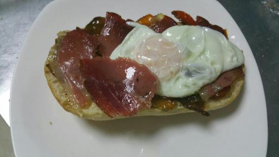 Cafeteria Cuatro Caminos: Un codillo exquisito con patatas caseras una excelente combinación