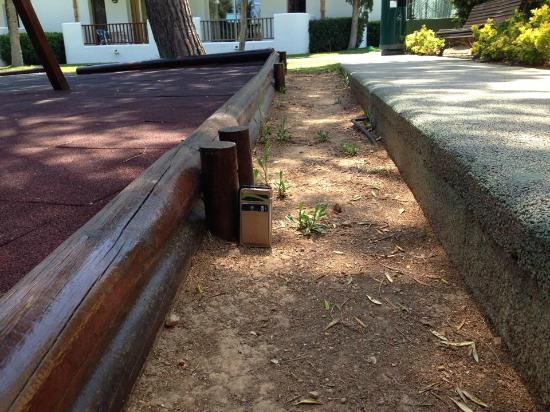 Inturotel Esmeralda Park: Dangerous footpath leading to the mini-club and along a playground