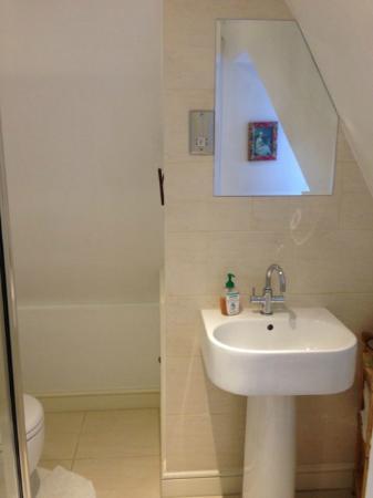 Marlborough House: clean and well supplied bathroom