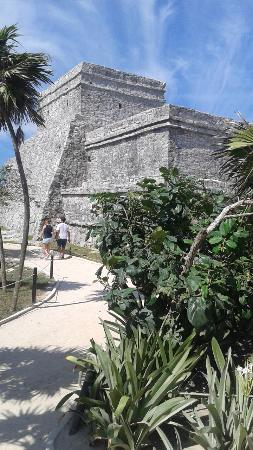 Tulum mayaruiner: Tulum Mayan ruins - temple overlooking the water