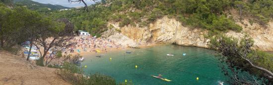 Tossa de Mar, Spain: la plage de Cala Pola depuis le chemin de rando qui part vers Tossa...