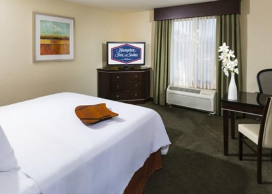 Hampton Inn & Suites Las Vegas South: Enjoy Rooms with Flat-Screen LCD HDTVs