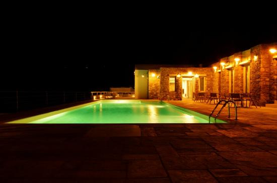 Rizes Hotel: Poolside by night