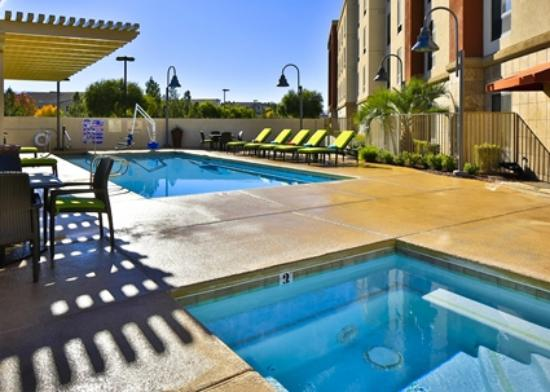 Hampton Inn & Suites Las Vegas South: Outdoor Pool with Hot Tub