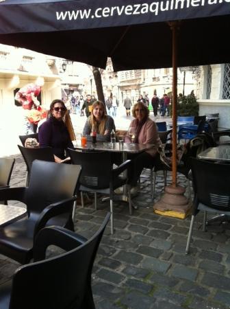 Pimienta RestoBar: Almorzando en las mesas de la vereda