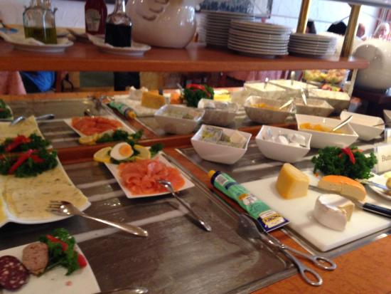 Hotel Hollaender Hof: A small selection of the many breakfast items