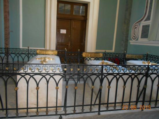 Peter-Paulus-festningen: внутри собора - усыпальница русских императоров и членов их семей
