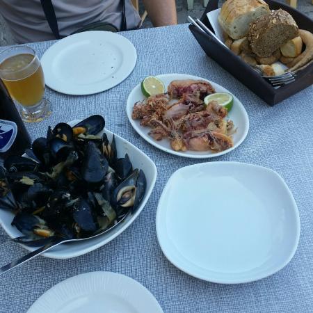 Ippokampos: Mejillones al vapor y calamares rebozados fritos,  delicioso!!
