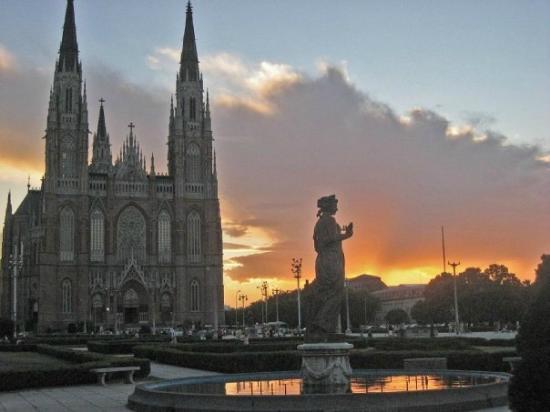 Catedral de la Plata: Otra vista desde Plaza Moreno.