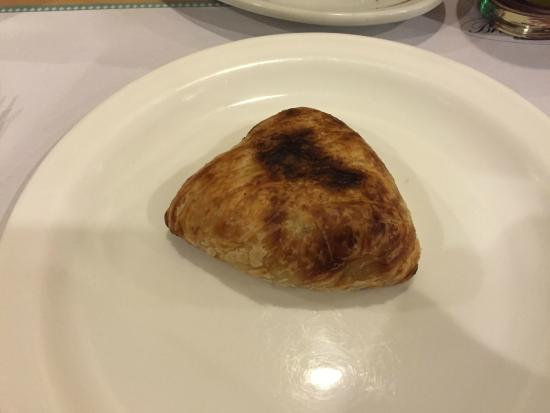 Brasserie Victoria: Esfiha fechada de massa folhada.