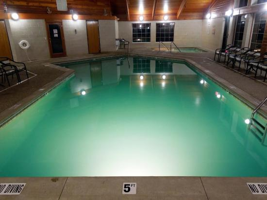 AmericInn Lodge & Suites Charlevoix : Pool & Hot Tub