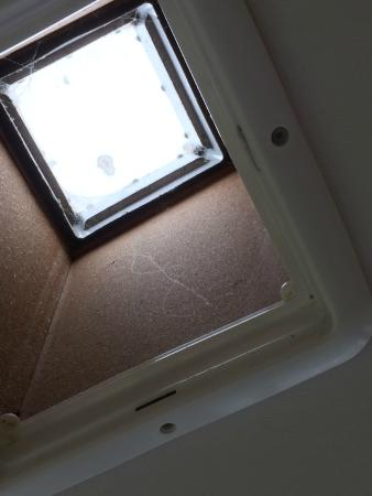 Coopers Beach Holiday Park: Roof vent in kitchen with lots of spiders webs missing cover