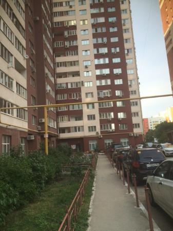 Meridian Hotel : Парковка с обратной стороны дома