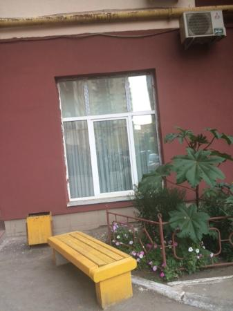 Meridian Hotel : Лавочка перед окном гостиницы