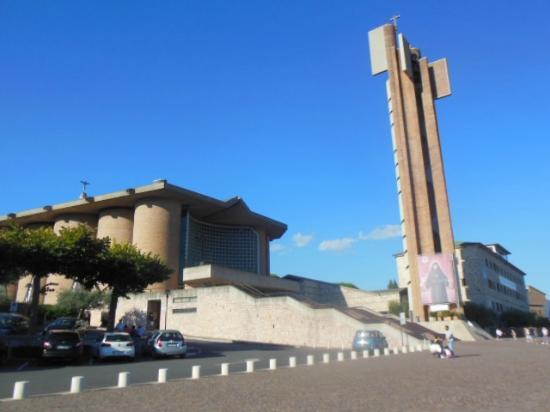 Collevalenza, Włochy: Il piazzale antistante il Santuario e il campanile