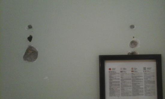 Maremonti: i buchi nel muro della camera