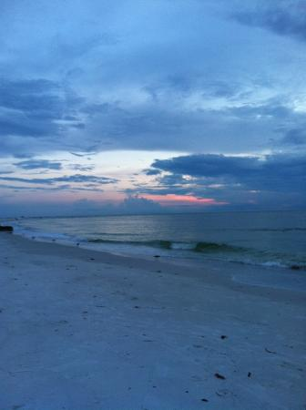 Tropical Breeze Resort: Tranquil Sunset