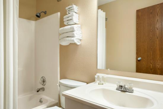 Super 8 Carbondale: Bathroom
