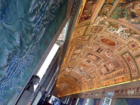 Vatikanske museer: The 120 metre long Gallery of Maps hallway at Vatican Museums