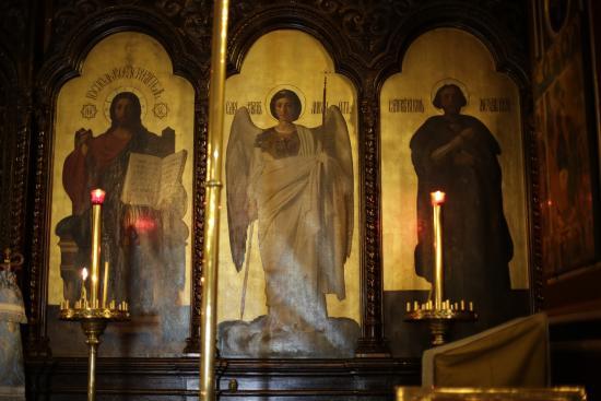 Παρίσι, Γαλλία: PARIS : Eglise russe: Icône du Christ Sauveur en majesté.L'Archange Michel. Saint Alexandre Nevs