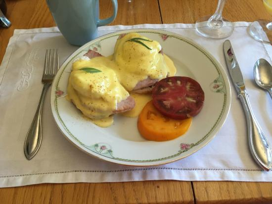 Snowbird Inn B & B: Beautiful Eggs Benedict with Tomatoes